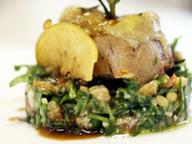 Филе говядины с корочкой из пармезана под мясным соусом с тар-тар из баклажанов, рукколы и помидоров