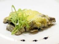 Натуральная котлета на косточке, запечённая с грибным соусом