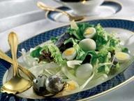 Cалат с перепелиными яйцами и заправкой из бальзамического уксуса