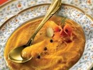 Суп из моркови, апельсина и сухариков с соусом харисса