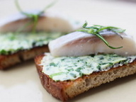 Хрустящий тост с зеленым маслом и сельдью