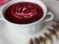 Крем-суп из свеклы со сметаной и кусочками сельди