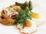 Теплый завтрак из яиц и картофеля по-деревенски с беконом