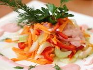 Овощной салат из сельдерея и моркови под розовым соусом