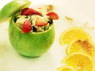 Яблоко фаршированное фруктовым салатом с творогом