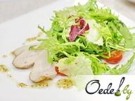 Салат из свежих трав и овощей с копченой куриной грудкой