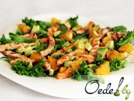 Салат из авокадо, семги, апельсина и листьев салата