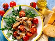 Салат из рукколы с куриным филе и пармезаном