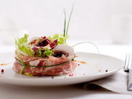 Салат с шампиньонами, хамоном и заправкой из горгонзолы