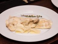 Равиоли с креветками и лососем под соусом с белыми грибами