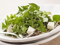 Витаминный салат из одуванчиков с сыром Фета