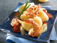 Конкилье с креветками, луком и томатами