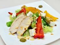 Теплый салат с курицей, миндалем и сыром Фета