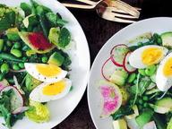 Салат с авокадо и редиской под соусом из петрушки