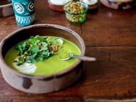 Зеленый суп с кабачком и перцем Чили