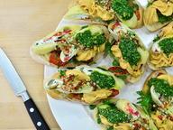 Новогодний рецепт: брускетта с сырным рулетом и пюре из тунца