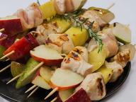 Гриль: курица с фруктами на шпажках с ежевичным соусом