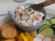 Соус из копченого лосося к крекерам и овощам