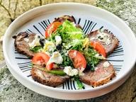 Салат с говяжьим языком, миксом свежих салатов и черникой