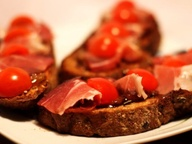 Бутерброды с грушей и пармской ветчиной