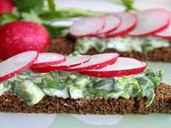 Горячие тосты с зеленью, йогуртом и редисом