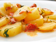 Молодой картофель с овощами в сметанно-укропном соусе