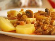 Молодой картофель с шампиньонами и баклажанами