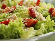 Салат из курицы с клубникой