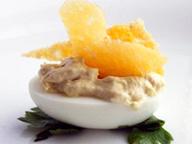 Фаршированные яйца с сырными чипсами