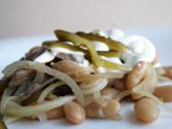 Салат из фасоли с говядиной и маринованным луком