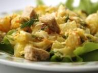 Салат картофельный с сухариками, огурцом и укропом