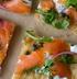 Пицца с копченым лососем и каперсами