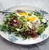 Свежий горох и бобы с ветчиной и жареным яйцом