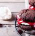 Шоколадное печенье с малиновым джемом и меренгой